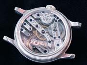 古い懐中時計の機械をシルバーケースに入れ讃えたオリジナル腕時計