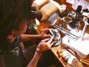 繊細な手彫り作業